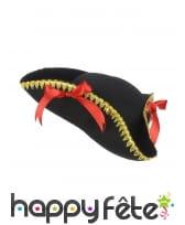 Tricorne noir avec bord doré et noeud rouge